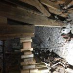 Vue du relevage de la poutre du toit de l'église